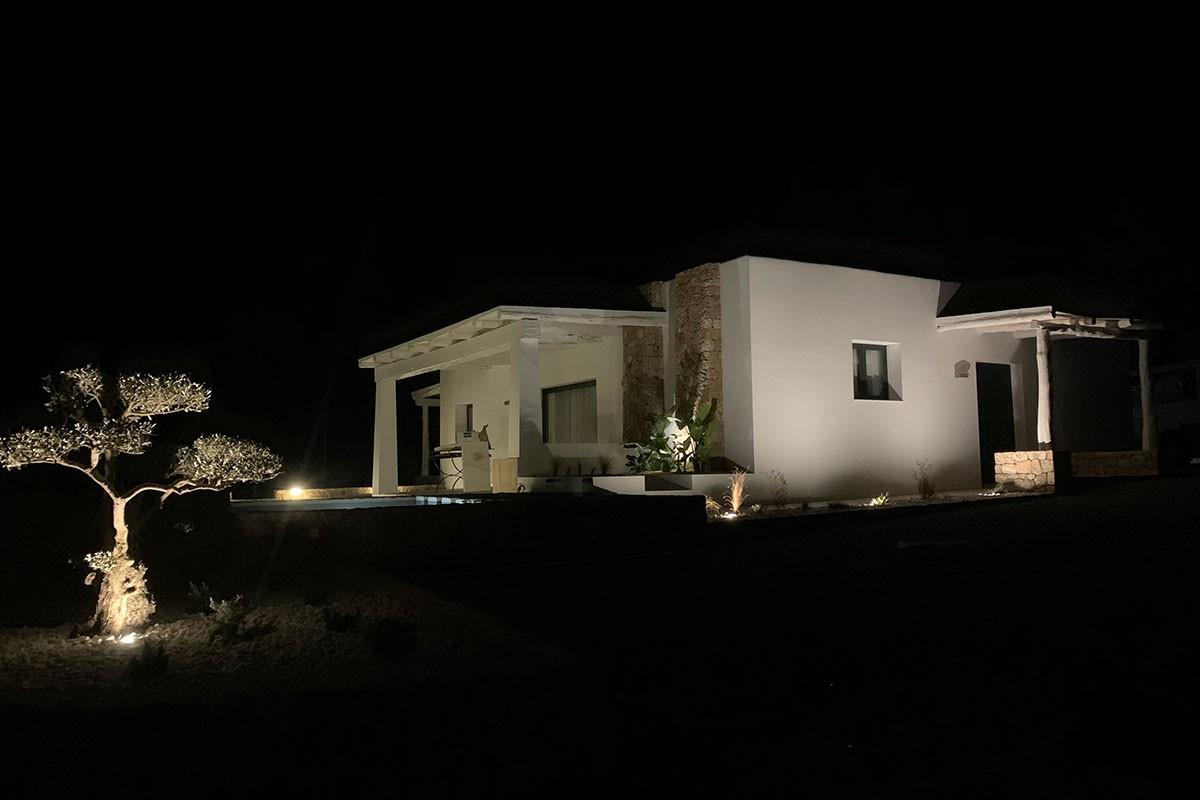 Iluminación nocturna fachada`